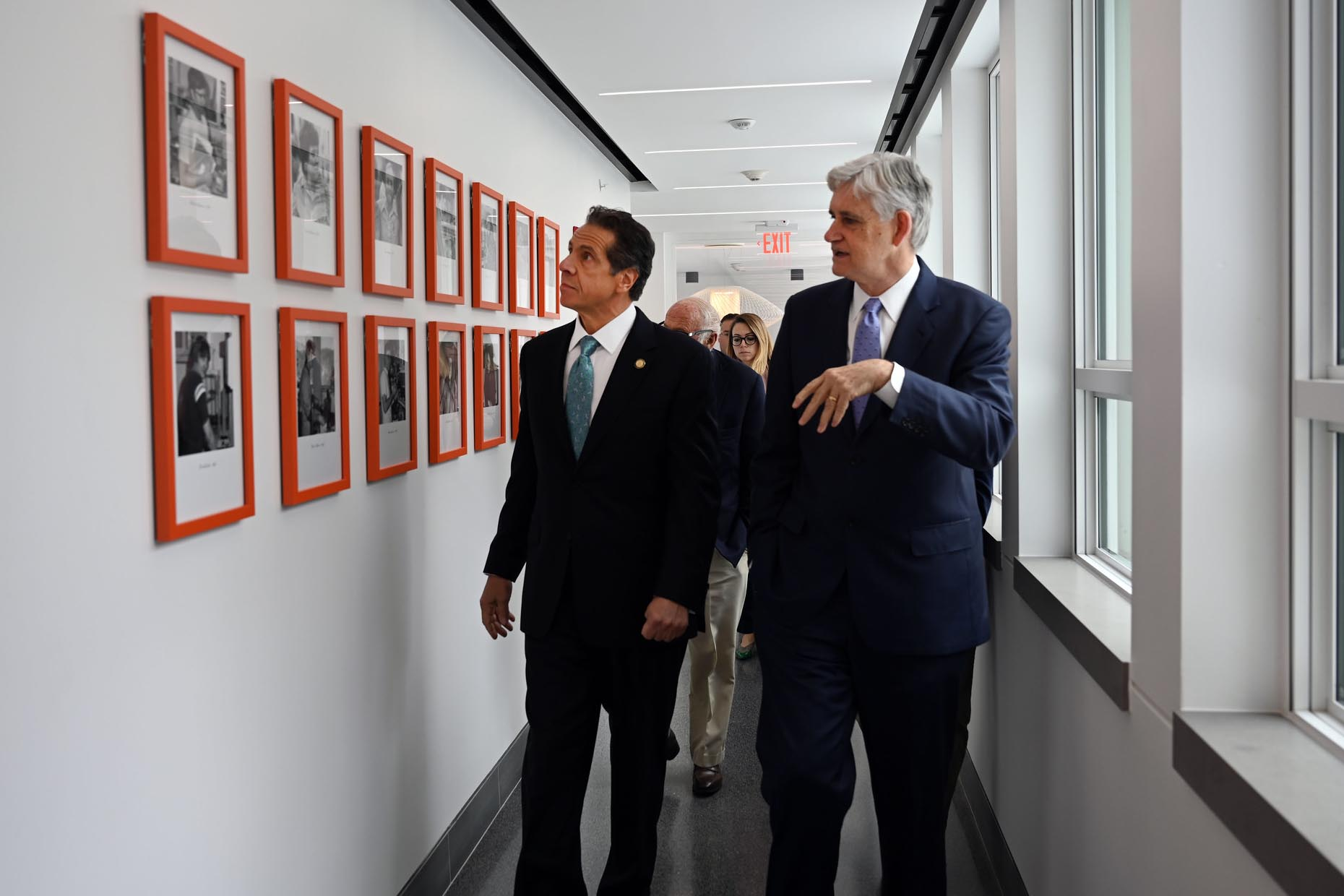 photo of Governor Andrew Cuomo and President and CEO Bruce Stillman walking through Demerec's hallway