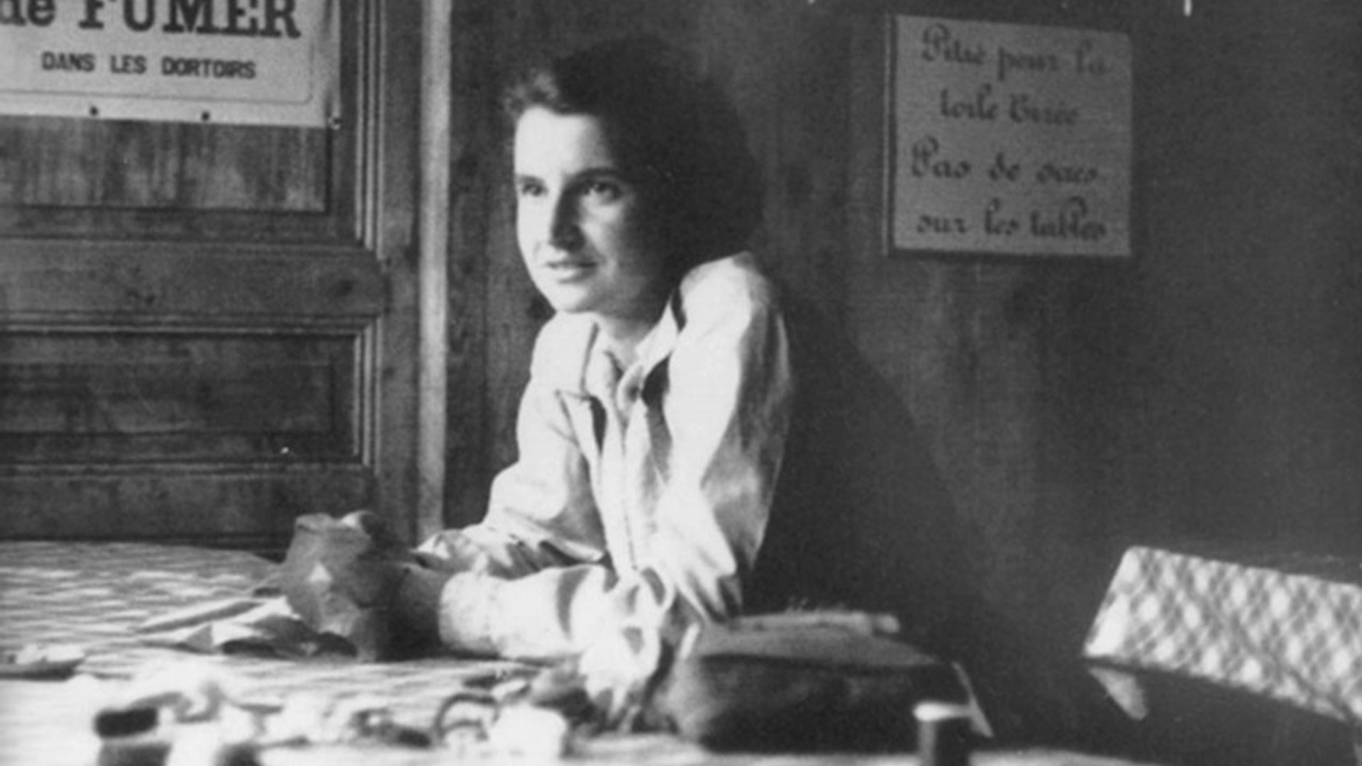 blck and white photo of Rosalind Franklin in Paris France